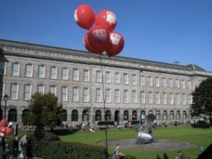 Ballons PSE flottant au-dessus du Trinity college